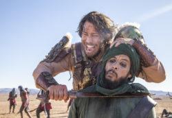 Acabe (André Bankoff) acompanhado de Hannibal (Rafael Sardão) e outros soldados estão prontos para a guerra. Todos estão tensos, aguardando a resposta à pergunta feita pelo rei.