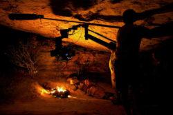 Cenas gravadas dentro de uma caverna