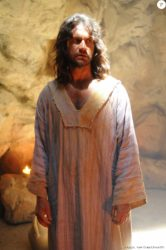 Jeremias (Vitor Hugo) passa a difundir as palavras de Deus, na novela 'O Rico e Lázaro'