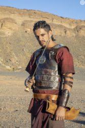 Pedro Lamin é o soldado Sidônio, um mau caráter, fiel ao general Hannibal (Rafael Sardão)