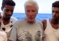 Richard Gere leva comida e água a imigrantes resgatados no mar