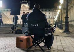 Omar sentado na cadeira nos bastidores