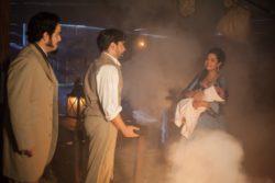 Após Juliana dar à luz uma menina de pele branca, Isaura, a criança é raptada por Maria Isabel