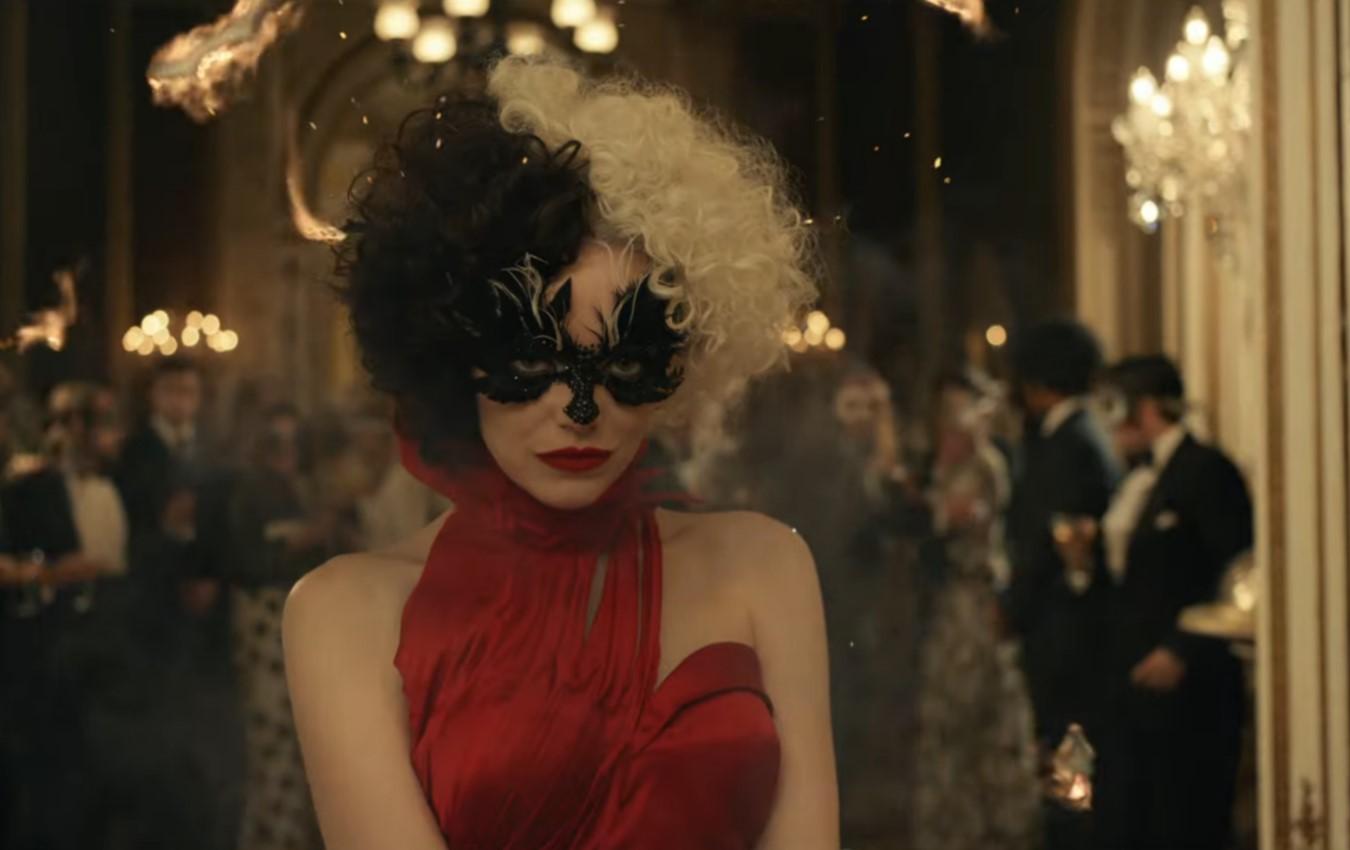 Cruella com vestido vermelho