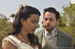 Esméria (Lidi Lisboa) procura por Maria Isabel (Thais Fersoza) e conta que Juliana (Gabriela Moreyra)