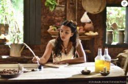 Miguel (Pedro Carvalho) presenteia Juliana (Gabriela Moreyra)