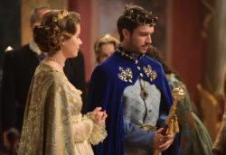 Na sala do trono, Bartolion (Paulo Gorgulho) se aproxima, coloca-se diante de Enrico e discursa