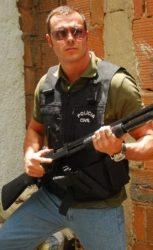 Orlando (Daniel Andrade) Inspetor de polícia. Aquele tipo de policial que tenta circular entre dois lados, sem se comprometer.