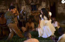 Sapião (Sidney Santiago) e Juliana (Gabriela Moreyra) jogam capoeira