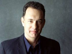 Tom Hanks acha carteirinha de estudante e faz campanha em redes sociais