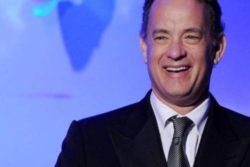 """Tom Hanks dá máquina de escrever a garoto assediado por se chamar """"Corona"""""""
