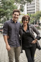 Carmem, personagem de Christiane Torloni em O Tempo Não Para, criou sozinha o filho Samuca (Nicolas Prattes)