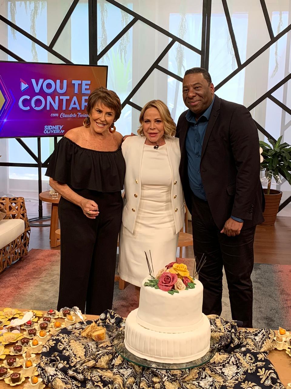 Claudete recebe convidados no dia do seu aniversário