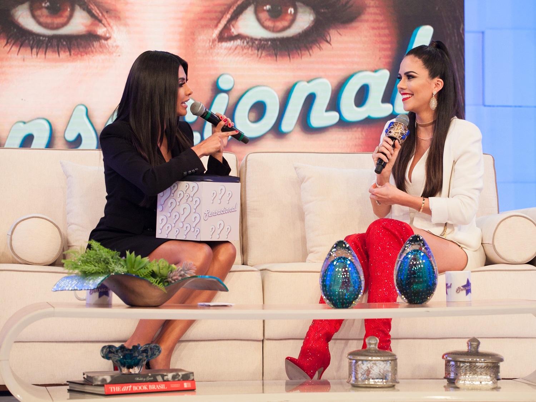 Daniela Albuquerque é homenageada no palco do programa Sensacional