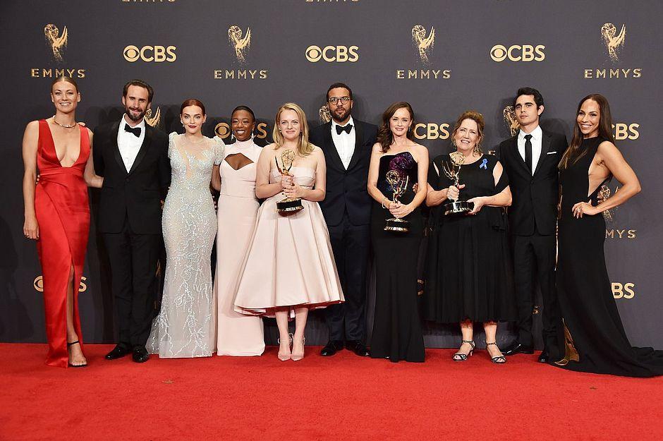 Elenco de O Conto da Aia durante entrega do Emmy.