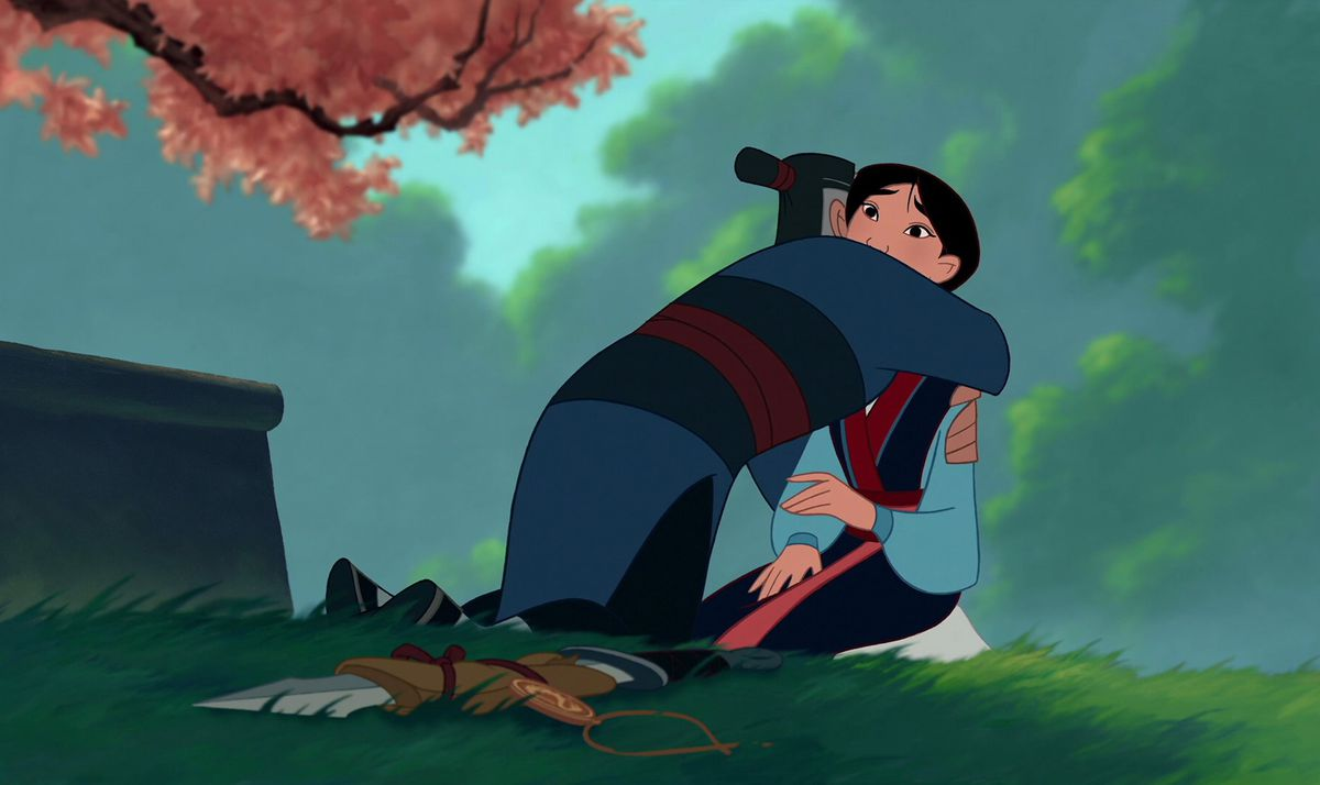 Mulan e seu pai se abraçando