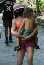 Isis Valverde faz trilha com a família no Rio