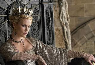 Rainha Ravenna Sentada no Trono Branca de Neve e o Caçador