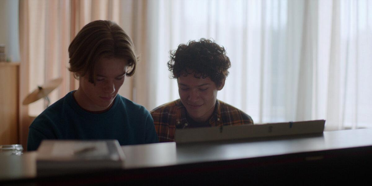 Wil e simon tocando piano