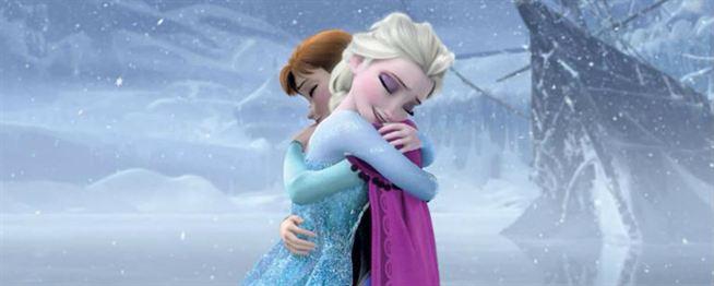 Elsa e Ana se abraçando