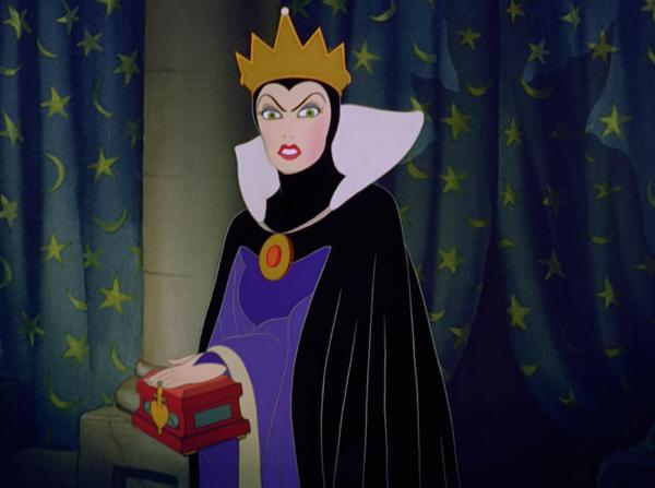 Bruxa Má Segurando uma Caixa na Mão Filme Branca de neve e os 7 anões