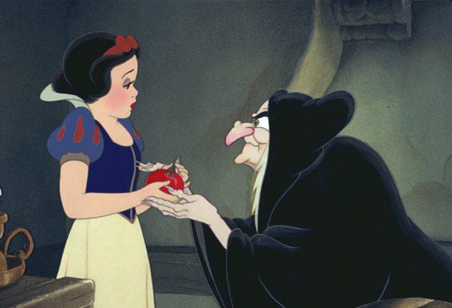 A bruxa má dando a maçã envenenada para Branca de Neve