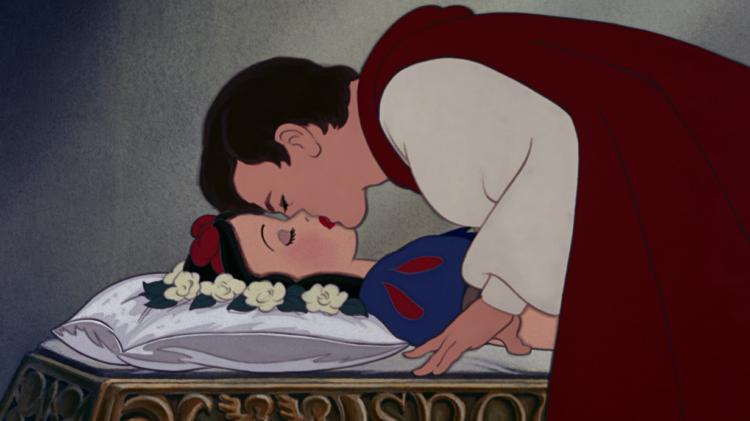 O principe beijando branca de neve
